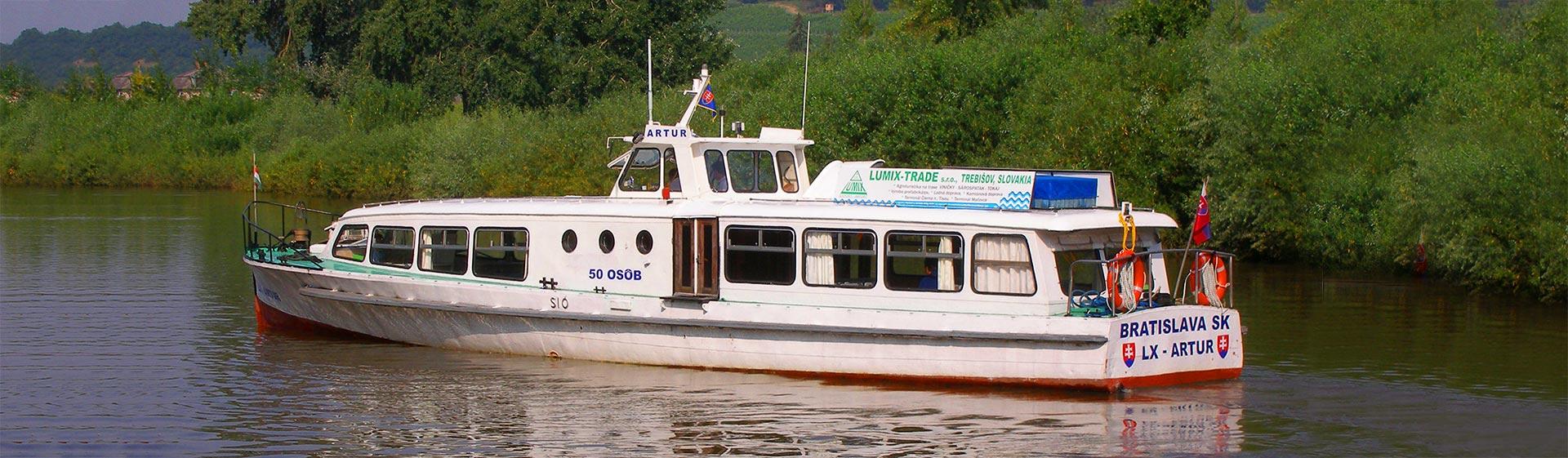 Plavba po Bodrogu je plavbou za hranice Slovenska - stačí nasadnúť na výletnú loď Artur.