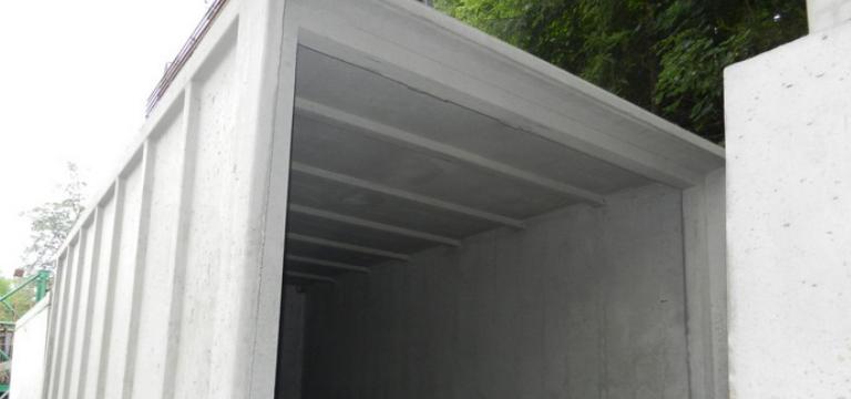 garáž z prefabrikovaných betónových tvárnic
